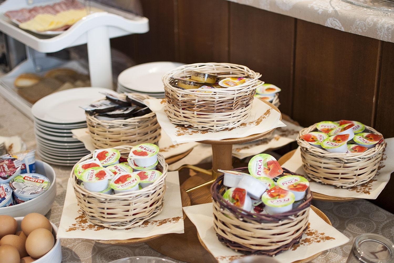 buffet colazione marmellate